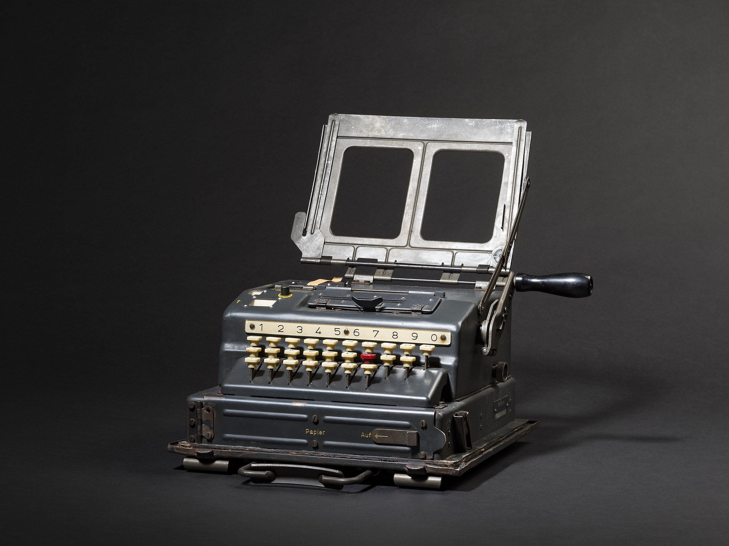 The Schlüsselgerät 41 cryptographic machine, shown in full. It looks kind of like a typewriter, and it has a handle crank on its right side.